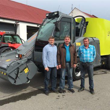 Předání samochodného krmného vozu do ZD NMnM